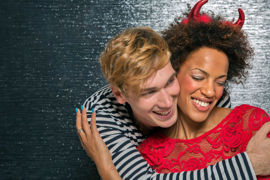 Ein Flirt mit einem anderen sollte immer ok sein, aber dadurch darf die Beziehung mit dem festen Partner nicht in Frage gestellt werden.