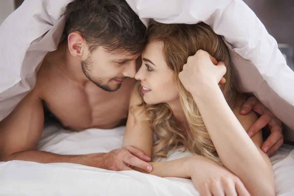 Ab ins Bett: Die Sonne ist das Aphrodisiakum Nummer eins bei deutschen Singles.