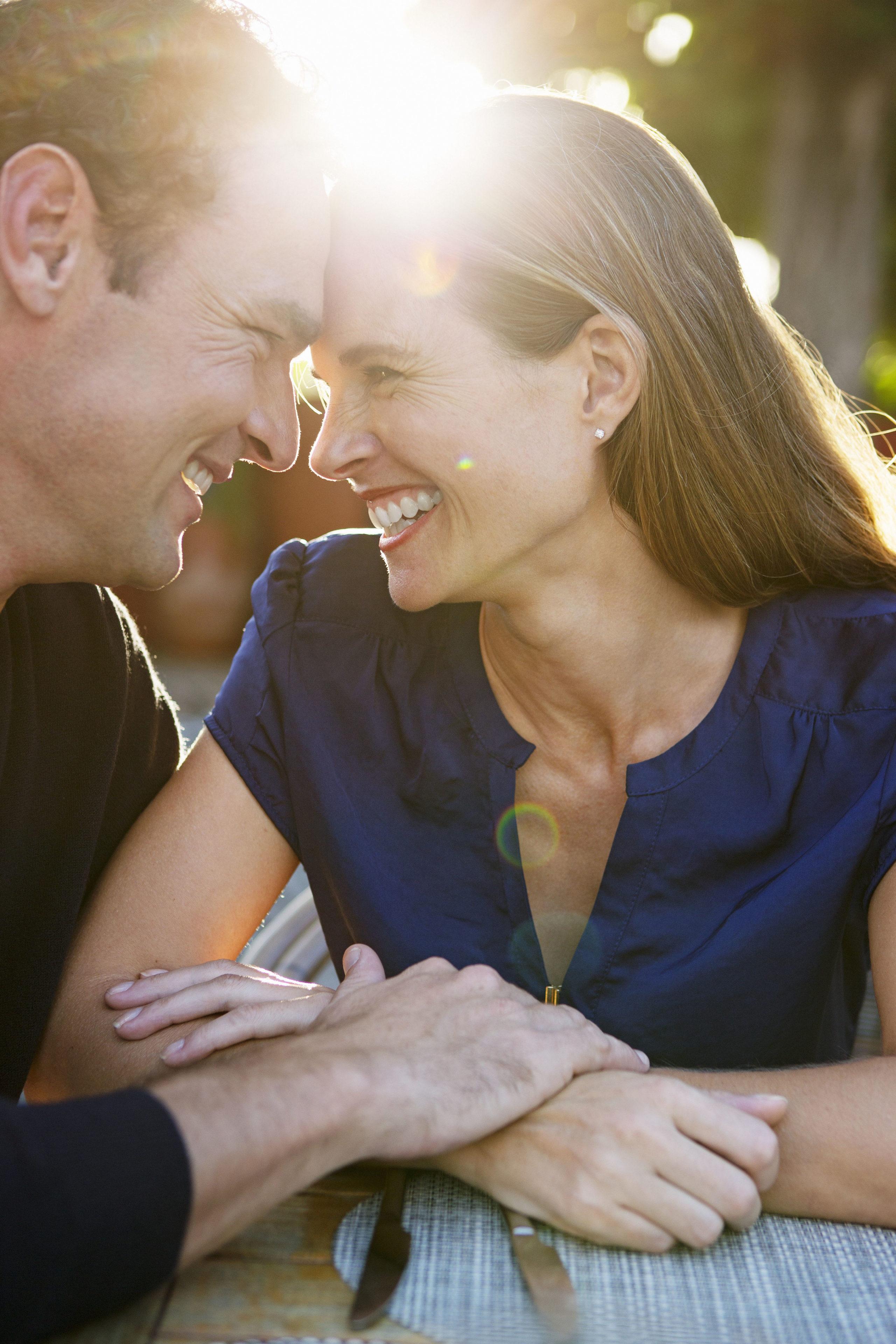 Klärende Gespräche mit dem Partner ebnen den Weg zu mehr Nähe.