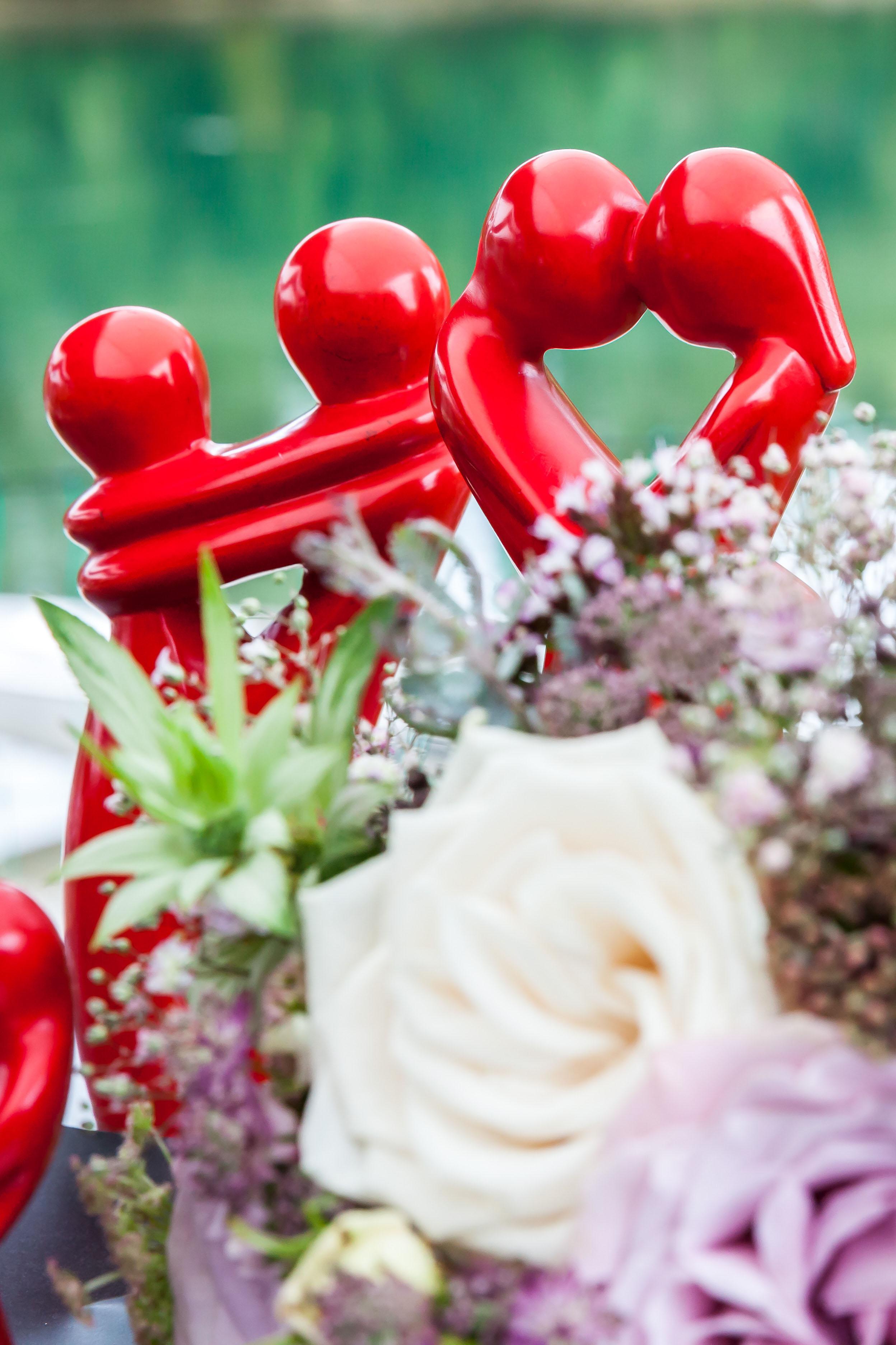 """Die Dekoskulptur """"Kuss der Liebenden"""" wurde aus Speckstein unter fairen Bedingungen und nach traditioneller Handwerkskunst gefertigt."""