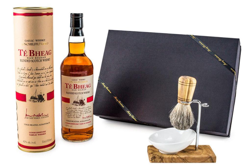 Ein außergewöhnlich originelles Geschenkset für Männer etwa besteht aus einem Blended Whisky aus Schottland - sowie einem Rasierpinsel mit einem Griff aus Olivenholz und dazu noch einen Rasierpinselhalter mit ovaler Schale.
