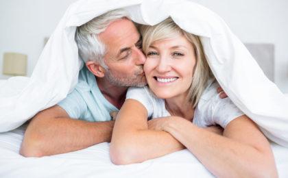 Körperliche Nähe und Zärtlichkeit gehören für die meisten Menschen zu einer erfüllten Beziehung dazu - und zwar in jedem Alter.
