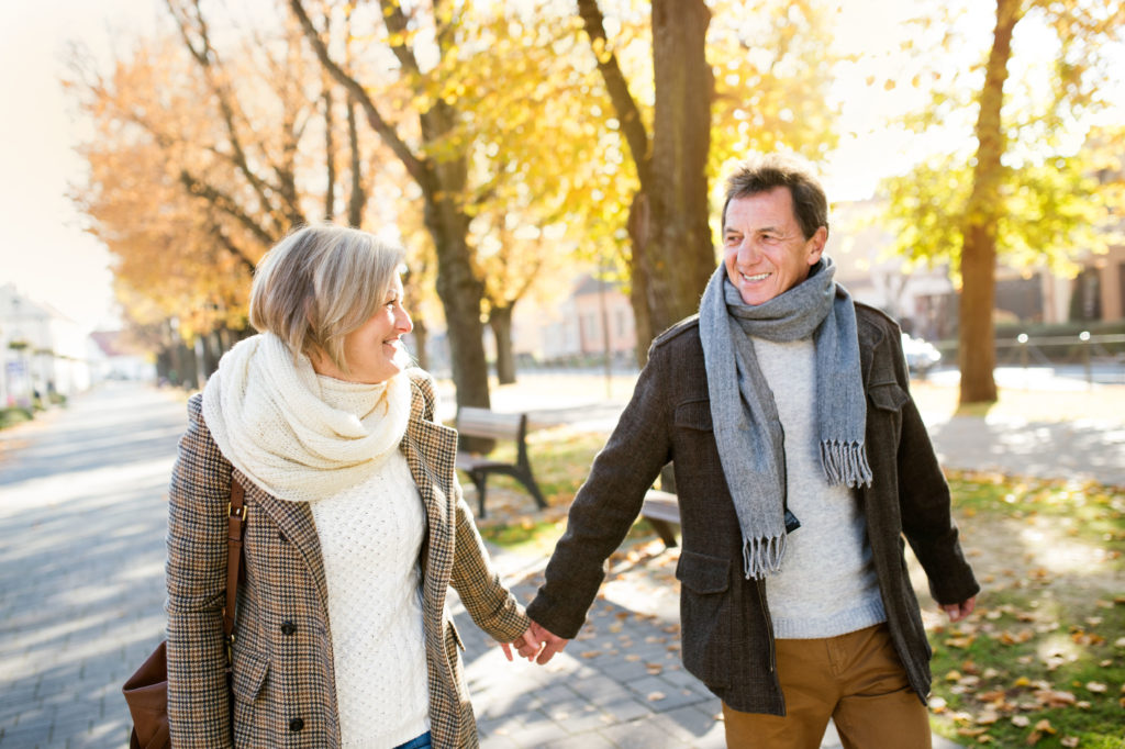 """Glücklich machen können nur tiefe Beziehungen zu anderen Menschen. """"Wir sind soziale Wesen und wir brauchen die anderen nicht nur an guten Tagen, sondern vor allem an den nicht perfekten Tagen des Lebens"""", sagt Tiefenpsychologin Dr. Katharina Ohana."""