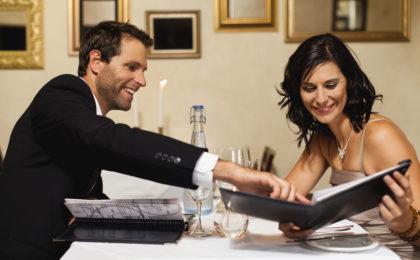 Es gibt Dinge, die Teil von höflichem Benehmen sind und nichts mit Gleichberechtigung zu tun haben: Der Gentleman zahlt stets die Rechnung beim ersten Restaurantbesuch.