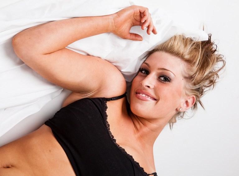 Sexy Frau verführerisch im Bett