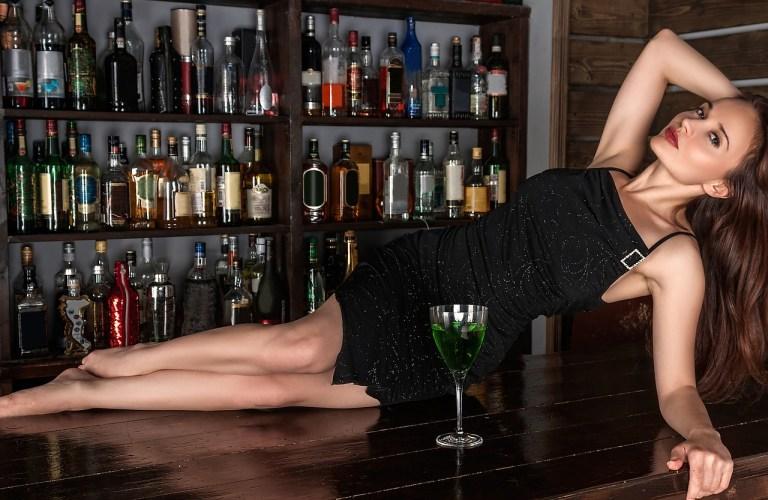 Frau verführerisch auf der Bar