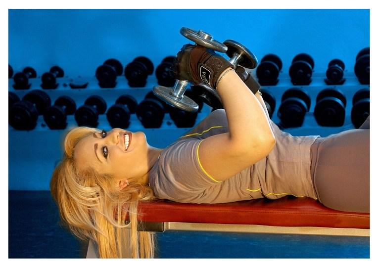 Hübsche Frau im Fitness-Studio