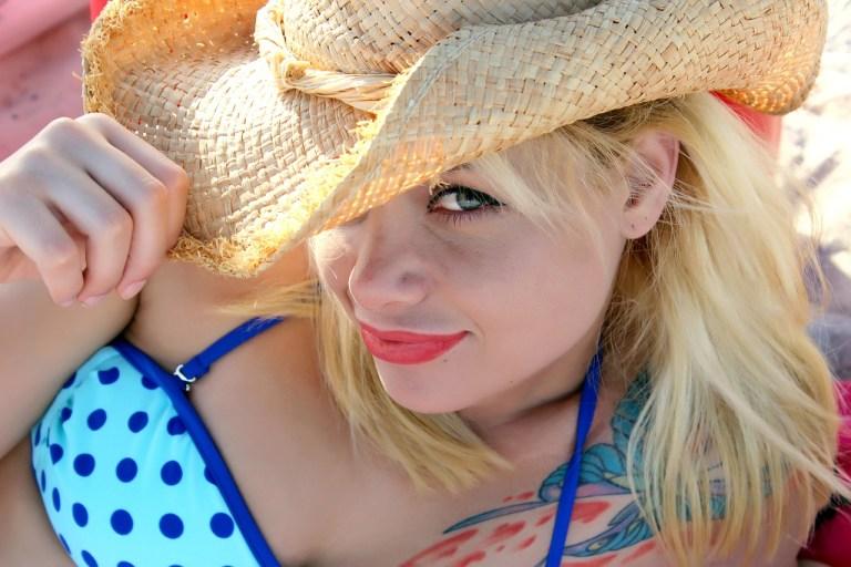 Frau flirtet am Strand