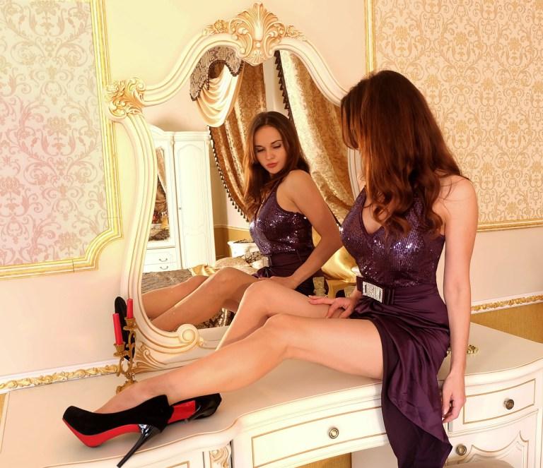 Sexy Frau vor dem Spiegel