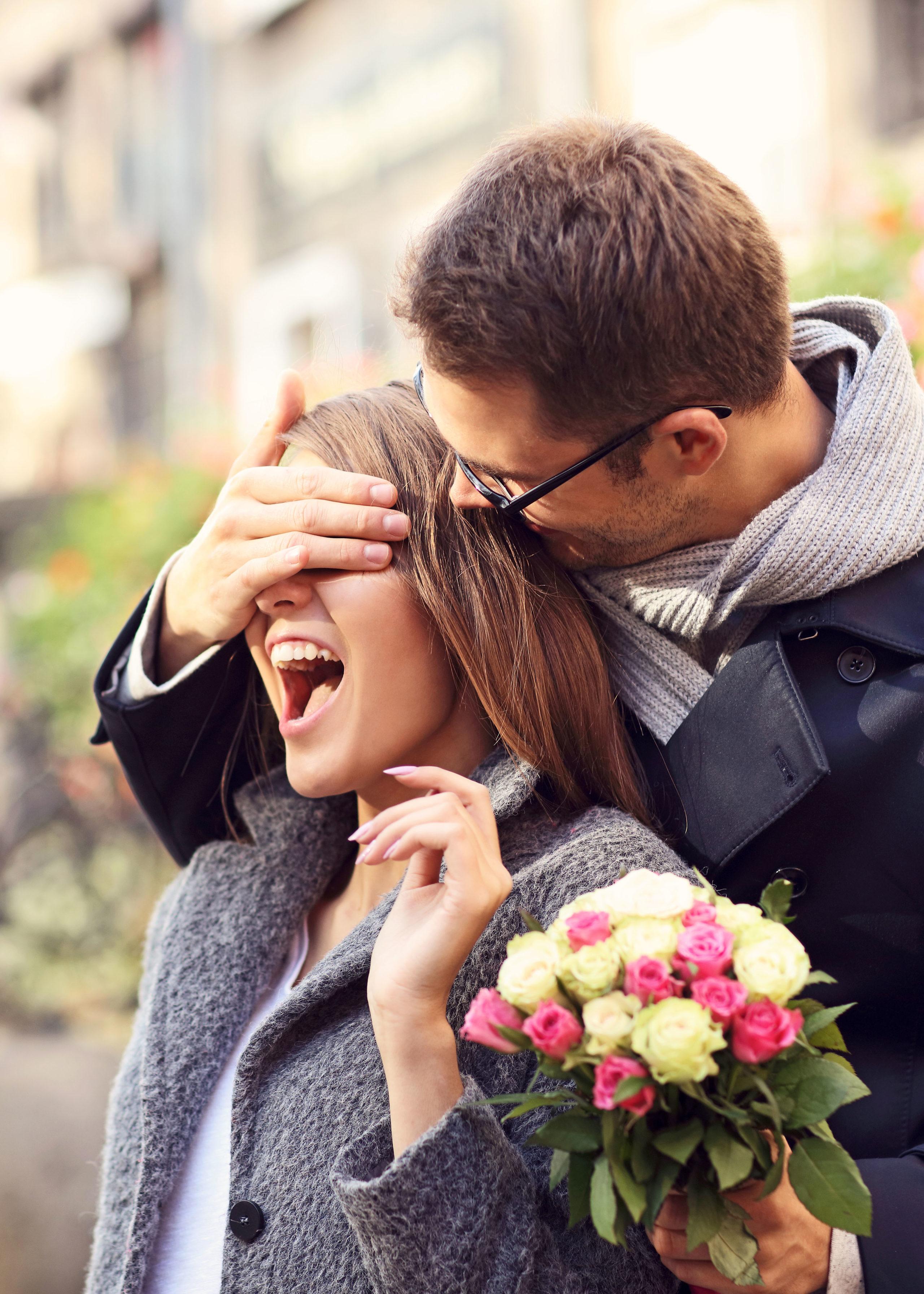 Bei einem romantischen Kurzurlaub können frisch Verliebte ihre junge Beziehung beflügeln.