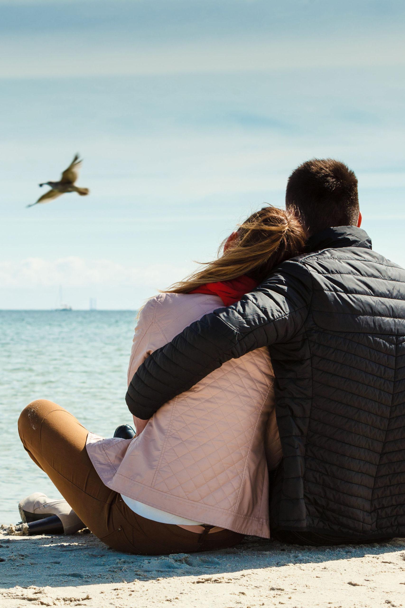 Paar am Strand und Frühlingsgefühle